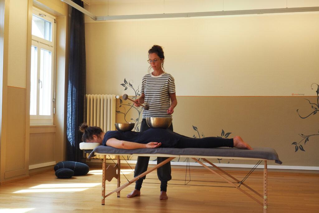 Tiefe Entspannung durch eine Klangmassage. yogabewegt Klangmassage im Zentrum von St. Gallen.