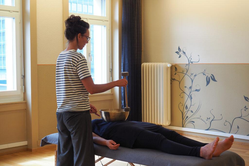 Klangmassage im Zentrum von St. Gallen: Sonja Engler, yogabewegt